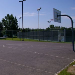 Photo d'un terrain de basketball au parc du Ruisseau