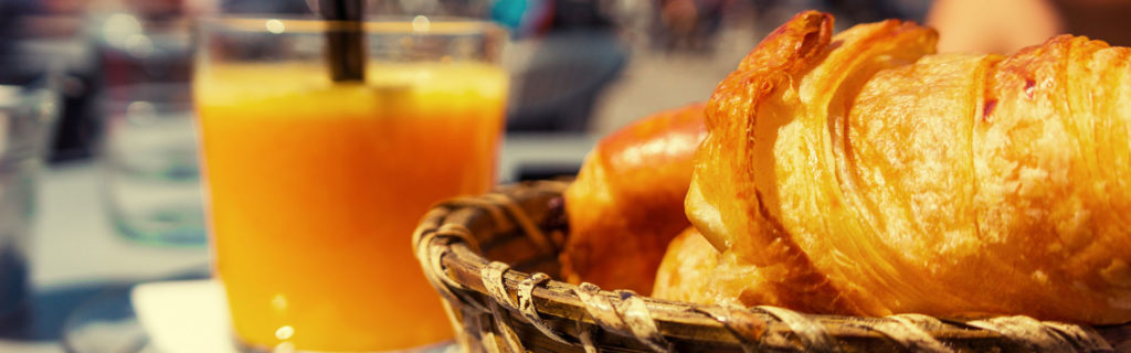 Jus d'orange et croissants